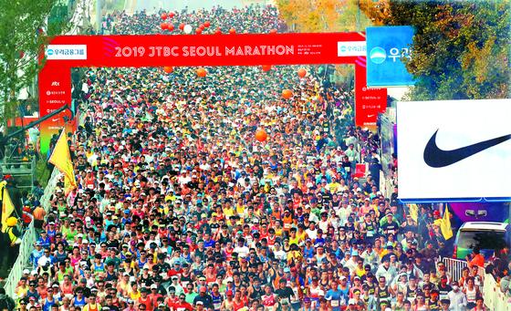 풀코스 참가자들이 서울 잠실종합운동장 앞 스타트지점에서 출발하고 있다. 오종택 기자