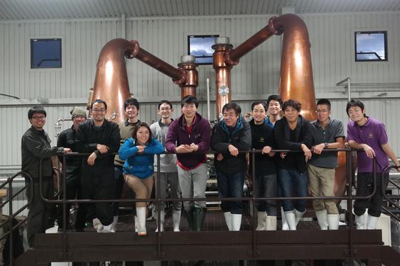 일본 치치부 증류소에서 연수 후 증류소 직원들과 함께. 좌측에서 7번째가 김창수 씨. [사진 김창수]