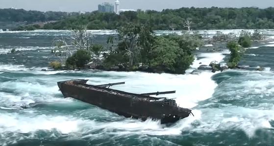 101년 전 좌초된 목선이 지난달 31일 내린 급류로 강 하류로 움직이고 있다.[사진 나이아가라 공원]