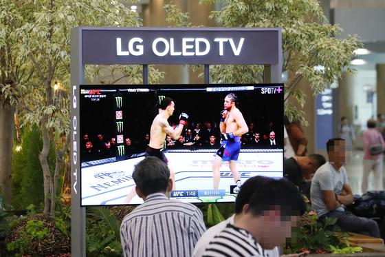 인천국제공항에 설치된 LG전자 OLED TV. [연합뉴스]