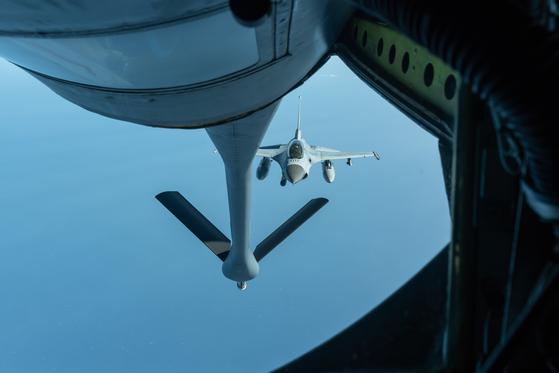 지난달 8일 일본 오키나와에서 날아온 미 공군의 KC-135 공중급유기가 공군의 KF-16D 전투기에게 공중급유를 하고 있다. 이 훈련은 영공에서 이뤄졌다. [사진 미 공군]