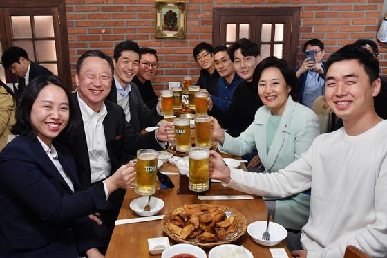 """""""박용만 업어주겠다""""던 스타트업 대표, 박영선·박용만과 '치맥'"""