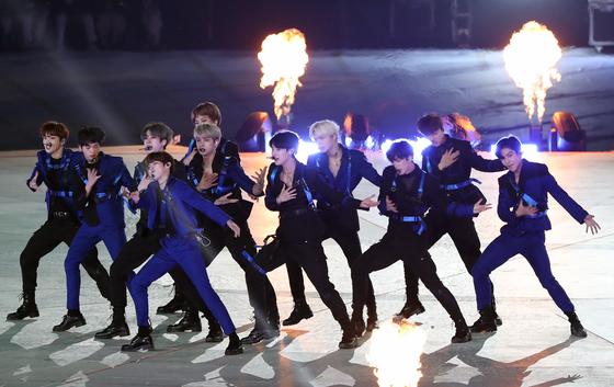 '프로듀스 X 101'을 통해 데뷔한 엑스원이 4일 전국체육대회에서 축하공연을 하고 있다. [뉴스1]