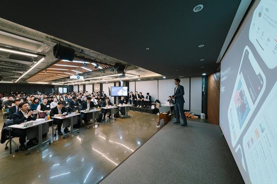 디캠프(은행권청년창업재단)의 10월 디데이(스타트업 데모데이) 첫 발표자인 엑싱크(xSync) 송보근 대표가 다른 참가자들(가운데)과 심사위원들이 듣는 가운데 프리젠테이션을 하고 있다. [사진 디캠프]