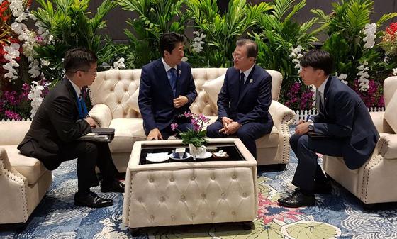 문재인 대통령과 아베 신조 일본 총리가 4일 오전(현지시간) 태국 방콕 임팩트포럼에서 열린 제21차 아세안+3 정상회의 전 만나서 대화를 나누고 있다. [사진제공=청와대]