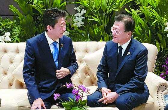 문재인 대통령과 아베 신조 일본 총리가 4일 오전(현지시간) 태국 방콕 임팩트포럼에서 열린 제21차 아세안+3 정상회의에 참석하기 전 사전 환담을 하고 있다. [사진 청와대]