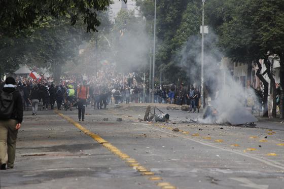 11월 4일(현지시간) 칠레 산티아고 시내 이탈리아 광장으로 향하는거리에서 쓰레기통과 벤치가 불타고 있다. [이광조 JTBC 촬영기자]