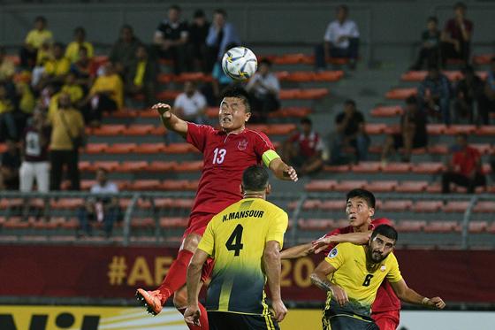 북한 4.25 체육단 공격수 임철민이 AFC컵 결승전에서 공중볼을 다투고 있다. [AFP=연합뉴스]