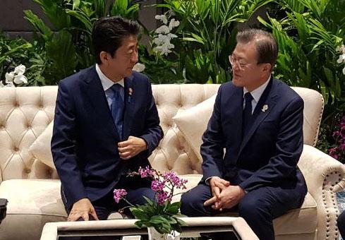문재인 대통령(오른쪽)과 아베 신조 일본 총리가 4일 오전(현지시간) 태국 방콕 임팩트포럼에서 열린 제21차 아세안+3 정상회의 전 환담하고 있다. [사진제공=청와대]