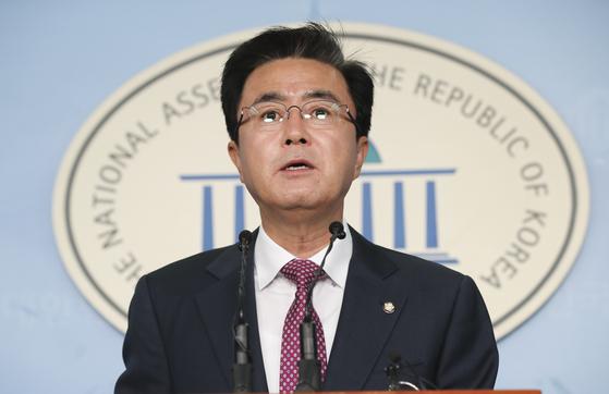 김태흠 자유한국당 의원이 5일 오전 국회 정론관에서 기자회견을 하고 있다.  임현동 기자