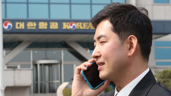박창진 민주노총 전국공공운수노조 대한항공 직원 연대 지부장이 지난 3월 27일 오전 서울 강서구 대한항공 본사에서 '제57기 대한항공 정기 주주총회'를 마친 뒤 전화 통화를 하고 있다. 최승식 기자