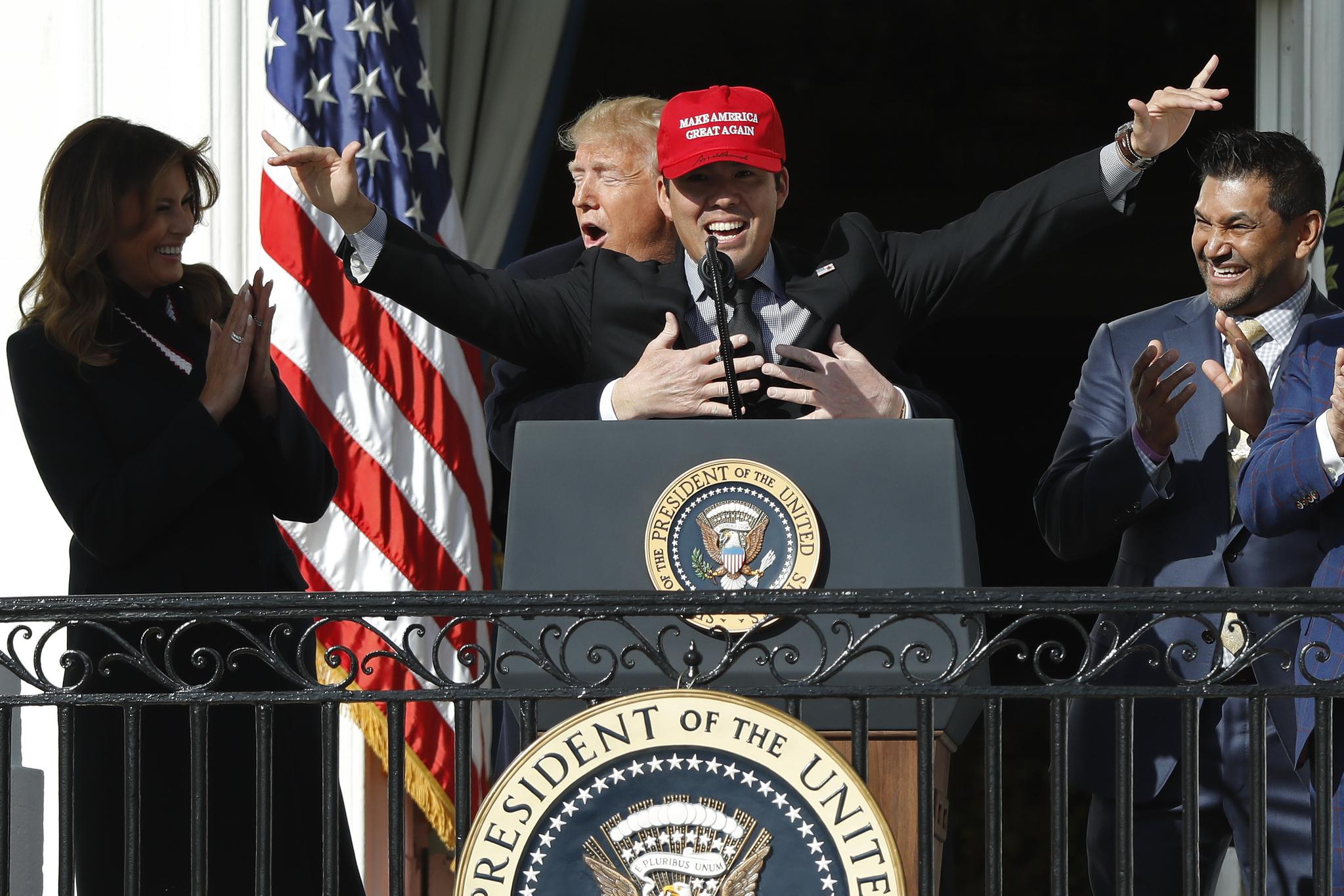 도널드 트럼프 미국 대통령이 4일 백악관 남쪽 트루먼 발코니에서 열린 2019 월드 시리즈 우승팀 워싱턴 내셔널스 초청 행사에서 내셔널스 포수 커트 스즈키를 뒤쪽에서 안고 있다. [USA TODAY Sports=연합뉴스]