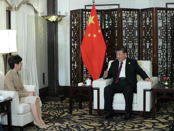 시진핑 주석(오른쪽)이 4일 오후 상하이에서 캐리람(왼쪽) 홍콩 행정장관을 접견하고 최근 홍콩 사태의 해법을 밝히고 있다. [로이터=연합]