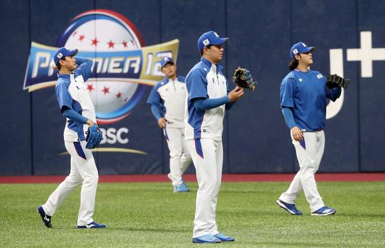 김광현·이영하·조상우(앞줄 왼쪽부터) 등 한국 야구대표팀 투수들이 프리미어12를 앞두고 4일 서울 고척돔에서 훈련하고 있다. [뉴스1]