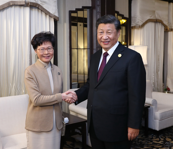 시진핑 중국 국가 주석이 4일 캐리 람 홍콩 행정장관을 상하이에서 만나 악수하고 있다. 지난 6월 시작된 홍콩 시위 이후 둘의 만남은 처음이다. [신화통신=연합뉴스]