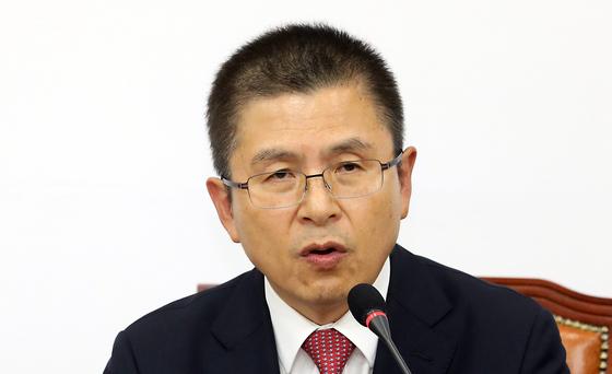 황교안 자유한국당 대표가 6일 오후 서울 여의도 국회에서 기자회견을 갖고 총선 승리를 위해 자유우파 대통합이 필요하다고 말하고 있다. [뉴시스]