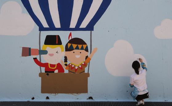 부산시 해운대교육지원청은 '다문화 교육'을 주제로 벽화 그리기 사업을 실시했다. [송봉근 기자]