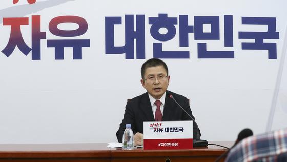 황교안 자유한국당 대표가 6일 오후 국회에서 열린 기자간담회에서 발언하고 있다. 임현동 기자