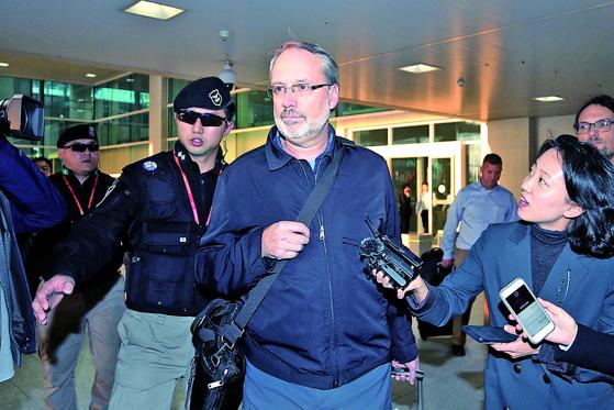 제임스 드하트 미국 방위비협상대표가 5일 오후 인천국제공항을 통해 입국하고 있다. [연합뉴스]