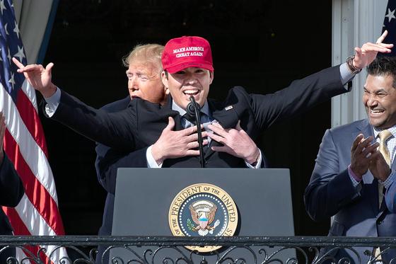 트럼프, WS 우승 축하 포옹