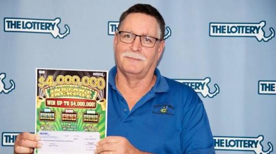 100만 달러(11억5000만원) 복권에 연속 당첨된 미국 매사추세츠에 사는 남성 롤프 로데스. [뉴스1]