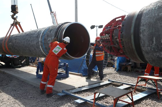 지난 7월 5일 러시아 킨기세프에서 작업자들이 '노르드 스트림 2' 가스관을 잇는 작업을 하고 있다. [로이터=연합뉴스]