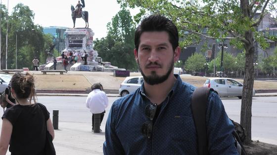 칠레를 바꾸기 위해 시위에 참가하고 있다는 고교 교사 세바스티안(31)이 산티아고 시내 이탈리아광장에서 임종주 특파원과 인터뷰하고 있다. [이광조 JTBC 촬영기자]