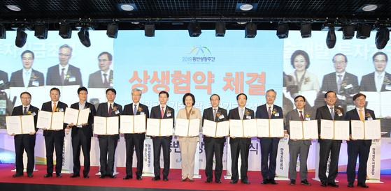 박일준 한국동서발전 사장(오른쪽에서 1번째)과 기금 조성 협약식 참석자들이 기념 촬영을 하고 있다.