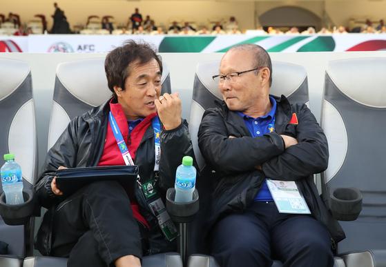 박항서(왼쪽) 감독은 이영진 수석코치를 포함한 코칭스태프의 처우 개선에도 힘을 쏟았다. [연합뉴스]