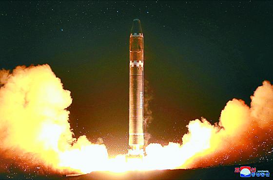 북한의 대륙간 탄도미사일(ICBM) '화성-15'. [평양 조선중앙통신]