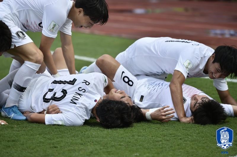 17세 이하 월드컵 16강전에서 골을 터트린 최민서와 함께 기뻐하는 선수들. [사진 대한축구협회]