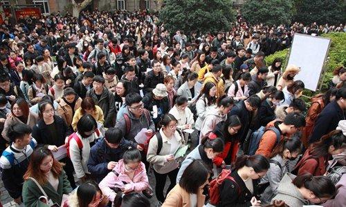 지난해 12월 2일 치러진 장쑤성의 공무원 선발 시험에 몰려든 중국 대학생들의 모습. 지난 4일 마감된 올해 장쑤성 공무원 시험의 경우 옌청시는 906대 1의 경쟁률을 기록했다. [중국 신화망 캡처]