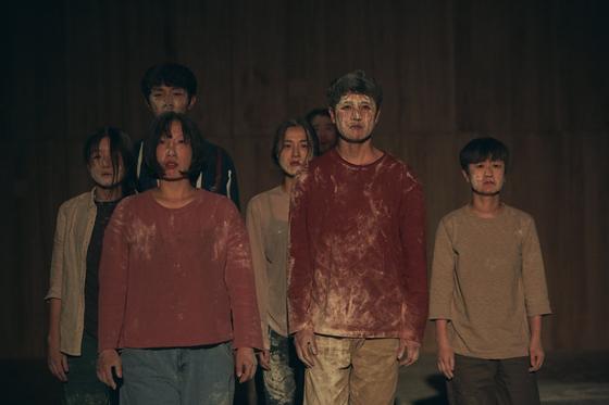 연극 '휴먼 푸가'의 배우들은 소설 속 문장을 그대로 읽는다. [사진 남산예술센터/이승희]