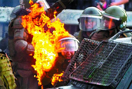 혼돈의 칠레, 화염병 맞은 여자 경찰
