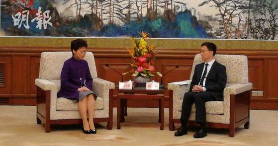 캐리람 홍콩 행정장관(왼쪽)이 6일 오전 베이징 댜오위타이 국빈관에서 한정 부총리(오른쪽)를 만나 홍콩 시위 해법을 논의하고 있다. [명보 캡처]