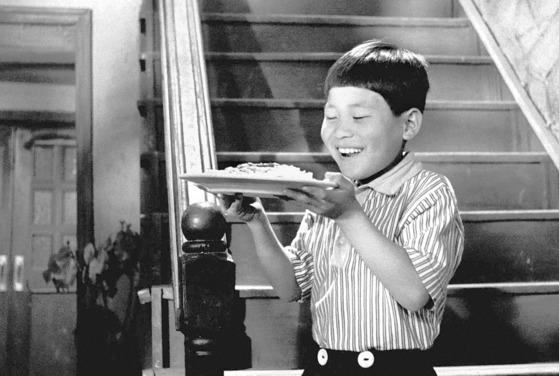 거장 김기영 감독의 1960년 대표작 '하녀'에서 주인집 아들로 출연한 여덟 살 시절의 아역 배우 안성기. 이 장면은 올해 제17회 아시아나국제단편영화제 개막공연에 상영됐다. [중앙포토]