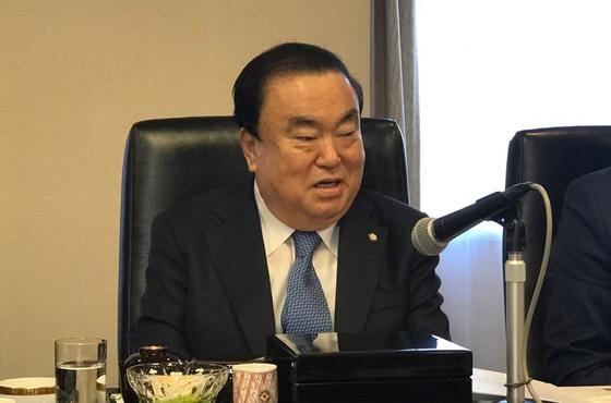 문희상 국회의장이 6일 일본 도쿄(東京)의 데이코쿠(帝國)호텔에서 열린 도쿄 주재 한국 특파원과의 간담회에서 발언하고 있다. [연합뉴스]
