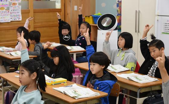LG가 지원한 공기청정기가 설치된 경기도 파주시 문산동초등학교 1학년 교실에서 학생들이 수업을 받고 있다. [사진 LG]
