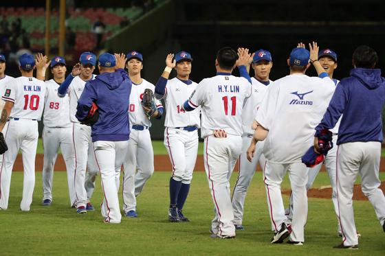 5일 열린 푸에르토리코와 조별리그 경기에서 6-1로 이긴 대만 야구 대표팀. [AFP=연합뉴스]