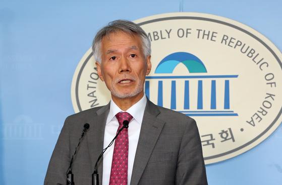 """유민봉 자유한국당 의원이 6일 서울 여의도 국회 정론관에서 21대 총선 불출마 선언을 하고 있다. 유민봉 의원은 """"지금 우리 당은 위기에서 나라를 지켜야 한다는 국민들의 절실함과 절박함을 담아낼 그릇의 크기가 못되고 유연성과 확장성도 부족하다""""고 말했다. [뉴스1]"""