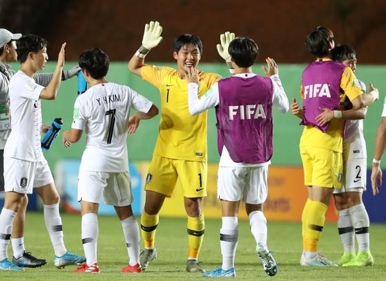 U-17 축구대표팀 수문장 신송훈(등번호 1번)이 동료들과 하이파이브를 나누고 있다. [연합뉴스]