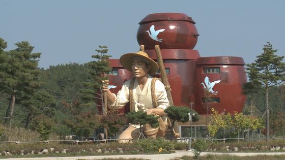 강원 고성군의 무릉도원권역활성화센터. 2012년 완공 이후 7년째 활용을 못하고 있다. [사진 고성군]