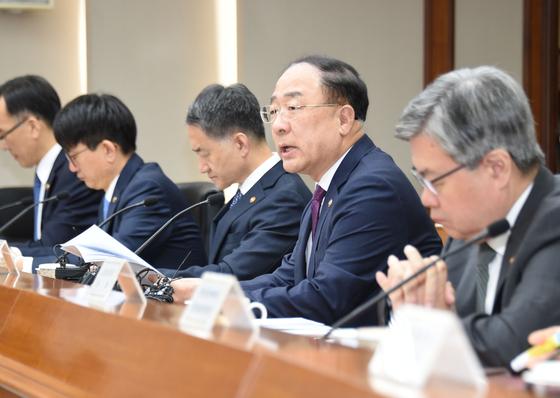 홍남기 부총리 겸 기획재정부 장관(오른쪽 둘째)이 6일 여의도 한국수출입은행에서 주재한 경제활력대책회의에서 인구 모두발언 하고 있다. [기획재정부]