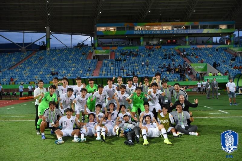 17세 이하 월드컵 8강에 진출한 리틀 태극전사들이 경기 후 환호하며 단체사진을 찍고 있다. [사진 대한축구협회]