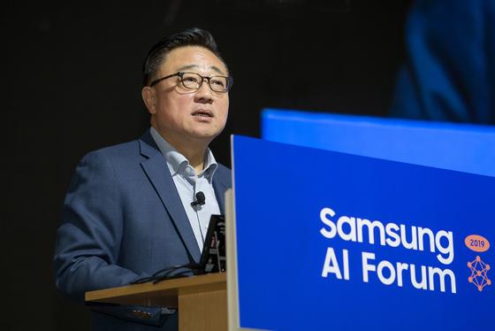 고동진 삼성전자 사장이 5일 서초구 삼성전자 서울R&D캠퍼스에서 열린 '삼성 AI 포럼 2019'에 참석해 개회사를 하고 있다. [사진 삼성전자]