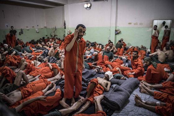 시리아 북부 하사카지역의 IS 반군포로 수용시설. 이 지역에만 1만여명이 넘는 포로들이 감옥, 임시 수용시설에 분산,수용되어 있다.[AFP=연합뉴스]
