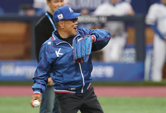백인천 전 감독은 6일 오후 서울 구로구 고척스카이돔에서 열린 야구 국가대항전 2019 세계야구소프트볼연맹(WBSC) 프리미어12 한국과 호주의 경기에 앞서 시구자로 등장했다. [연합뉴스]
