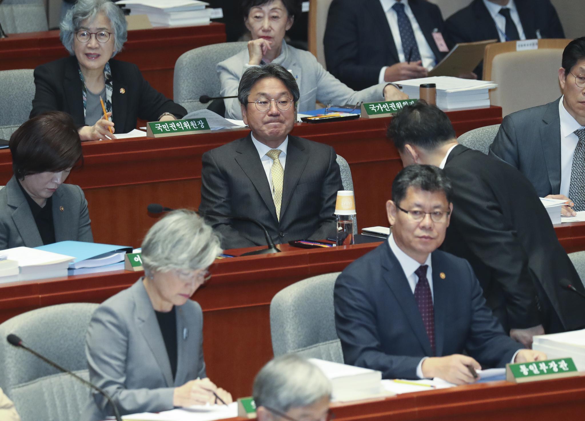 강기정 청와대 정무수석(가운데)이 6일 국회 예산결산특별위원회 전체회의에 참석해 김오수 법무부 차관(오른쪽)의 인사를 받고 있다. 임현동 기자