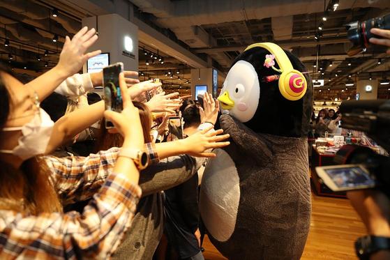지난달 26일 부산 에서 팬사인회를 진행한 펭수. 유튜브 채널 구독자 중 만 18~34세가 70%를 차지할 만큼 청년층에게 더 인기다. [연합뉴스]