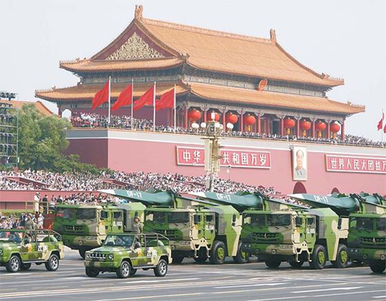 중국 건국 70주년을 맞은 지난달 1일 베이징 천안문 광장에서 역대 최대 규모의 군사열병식이 거행됐다. 열병식에서 공개된 신무기 가운데 가장 위협적인 것으로 평가받은 극초음속 미사일인 둥펑17(DF-17) 부대가 천안문 앞을 지나가고 있다. [베이징 신화통신]